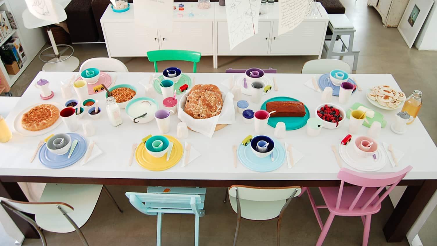 sedie diverse attorno al tavolo