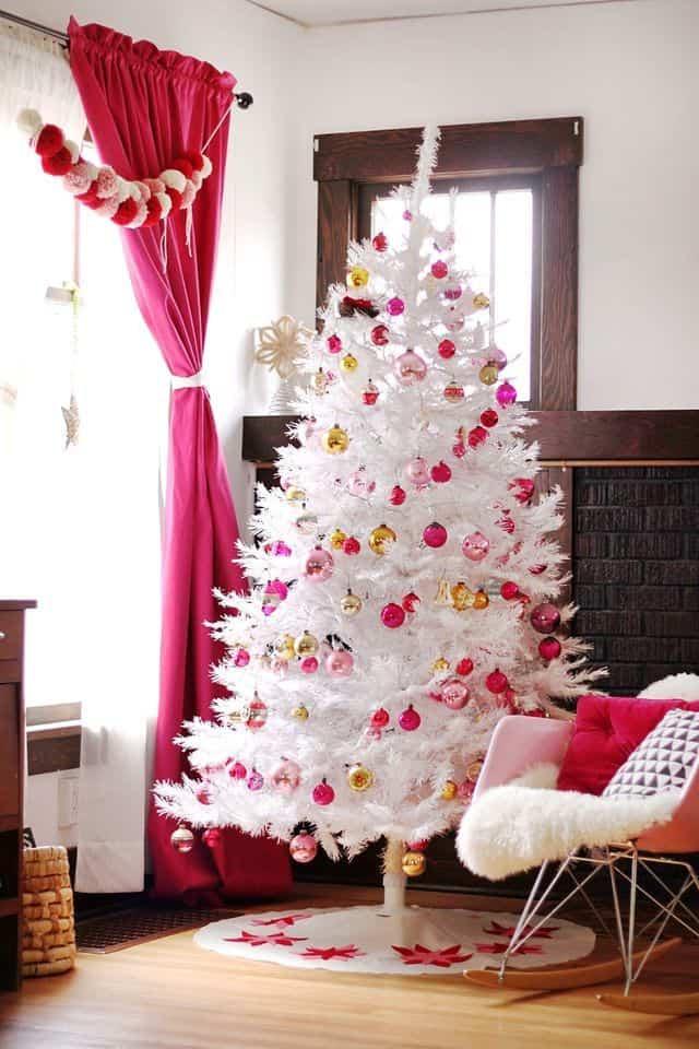 alberi di natale colorati e appariscenti albero bianco e rosa