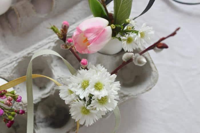 10 vasetti di uova svuotati con fiori per decorazioni di pasqua