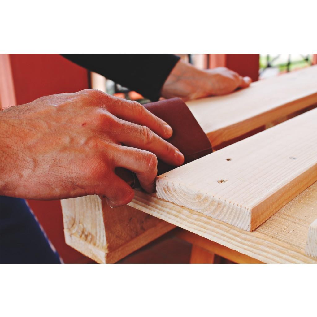 come costruire un tavolo con pallet - Levigare a mano
