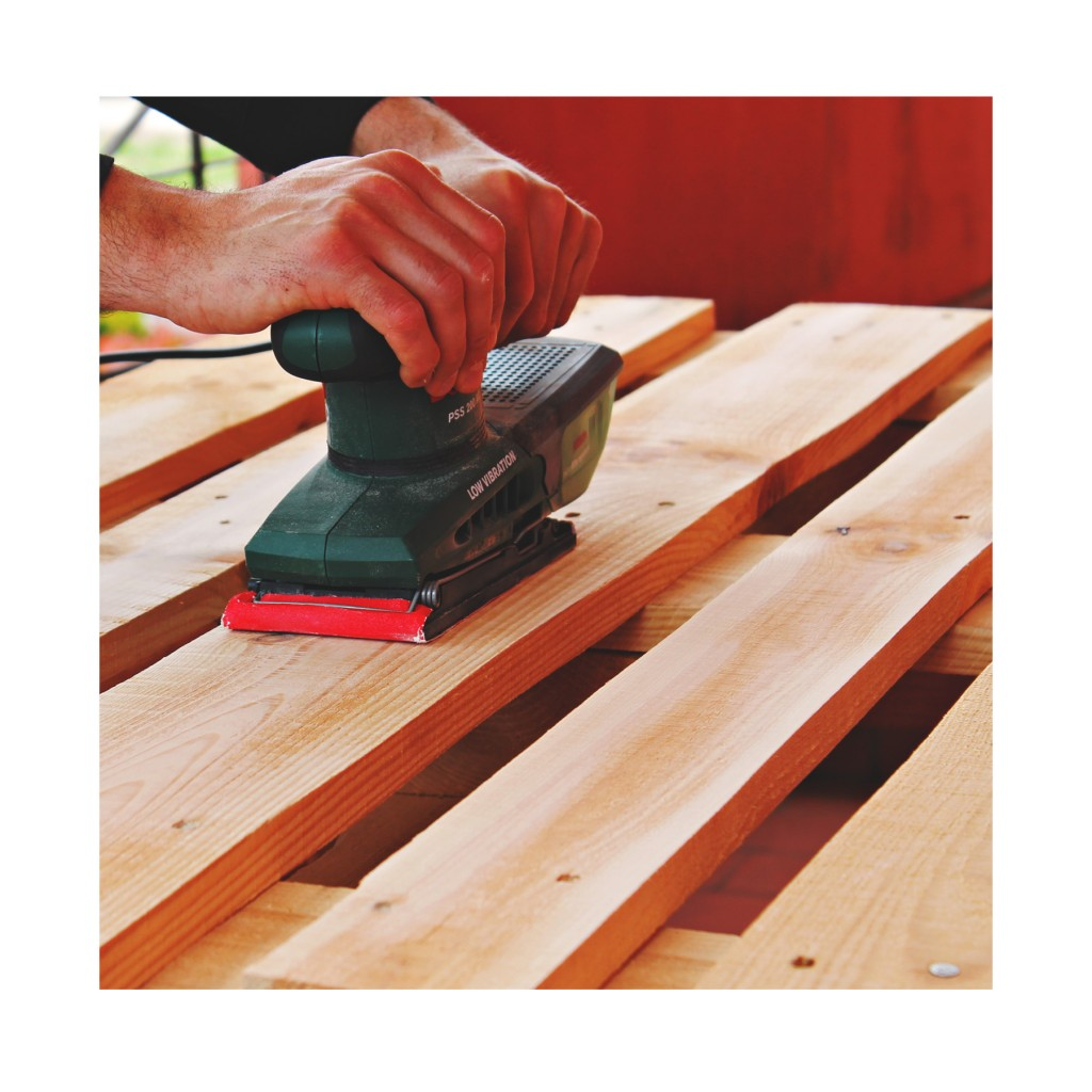 come costruire un tavolo con pallet - Levigatura