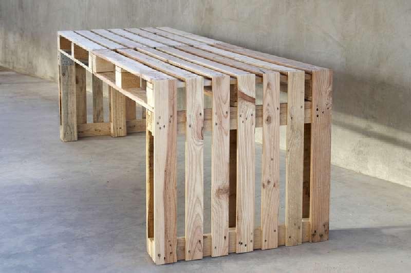 Costruire-un-grande-tavolo-con-soli-pallet scrivania bancali