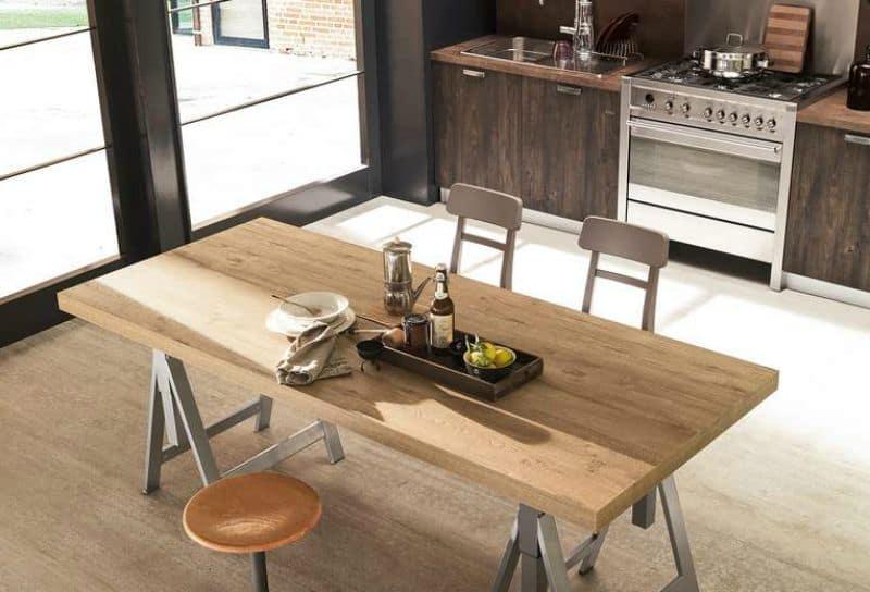 Ufficio fai da te scrivania con cavalletti e lampada di legno for Arredo cucina fai da te