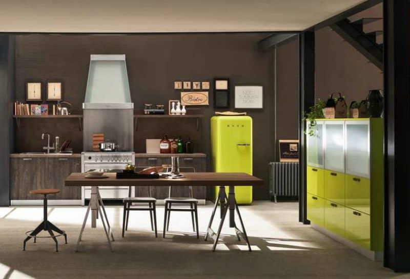 Ufficio fai da te:scrivania con cavalletti e lampada di legno