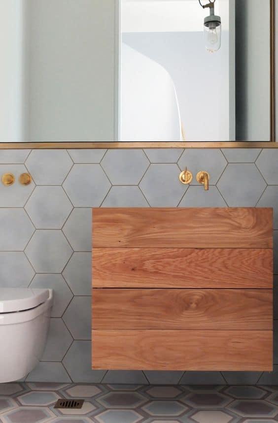 bagno moderno legno e piastrelle ceramica colorate