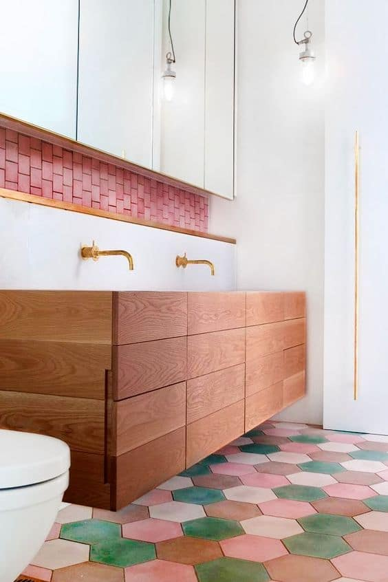 bagno moderno piastrelle colorate diverse