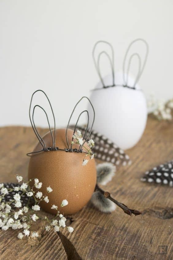 Uova di Pasqua con le orecchie che diventano coniglietti
