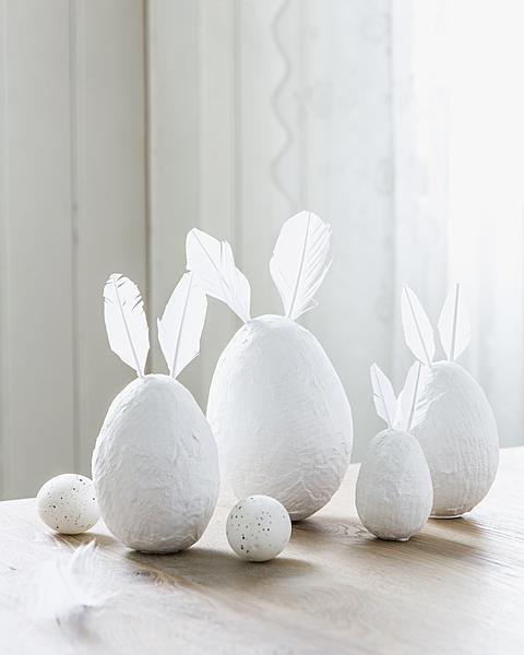 Uova di Pasqua realizzate con la carta e le piume