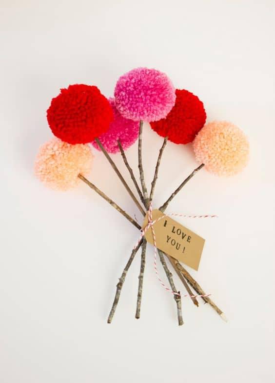 Fiori realizzati con i pon pon di lana