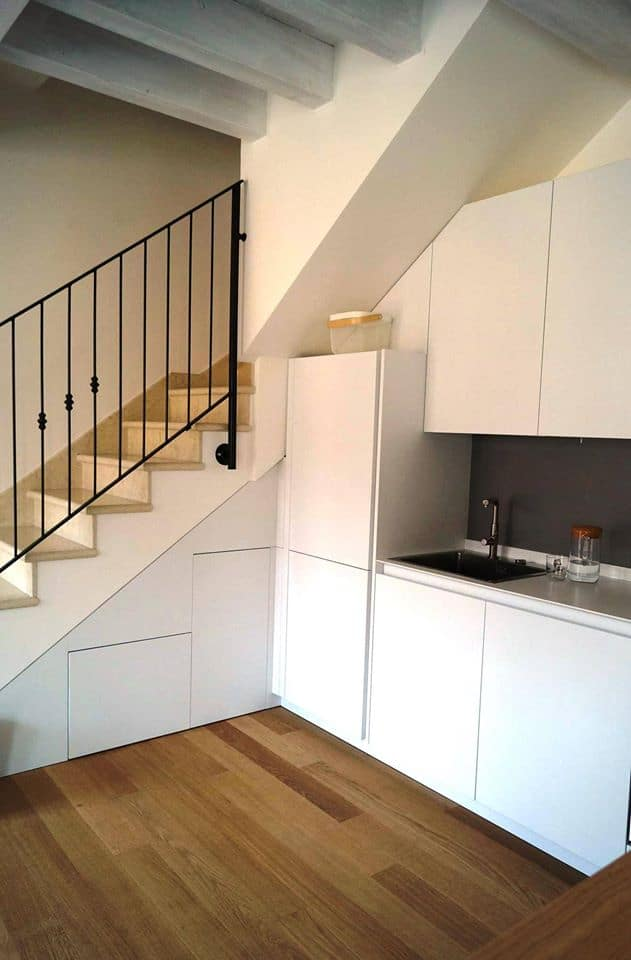cucina-moderna-sotto-scala-recuper-spazio-sotto-scala-su-misura