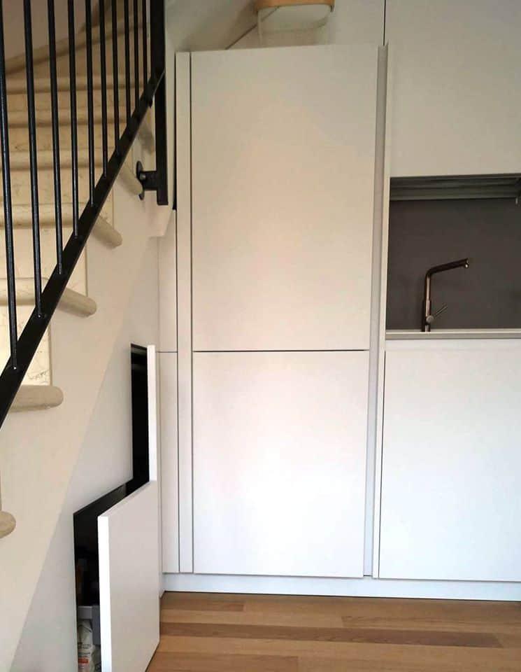 mobili-ad-incasso-sotto-scala-recupero-spazio-in-una-cucina-moderna