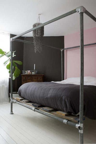 letto-industrial-a-badacchino-con-tubi-idraulici