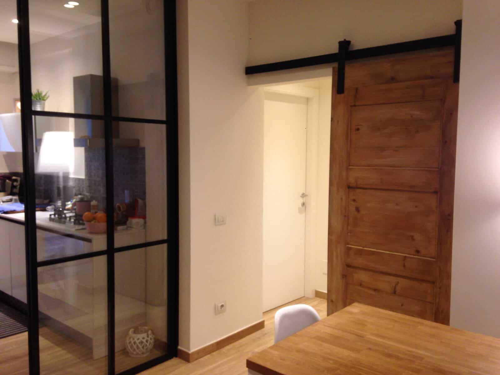 Appartamento stile industriale con porta scorrevole - Porta scorrevole esterna muro ...