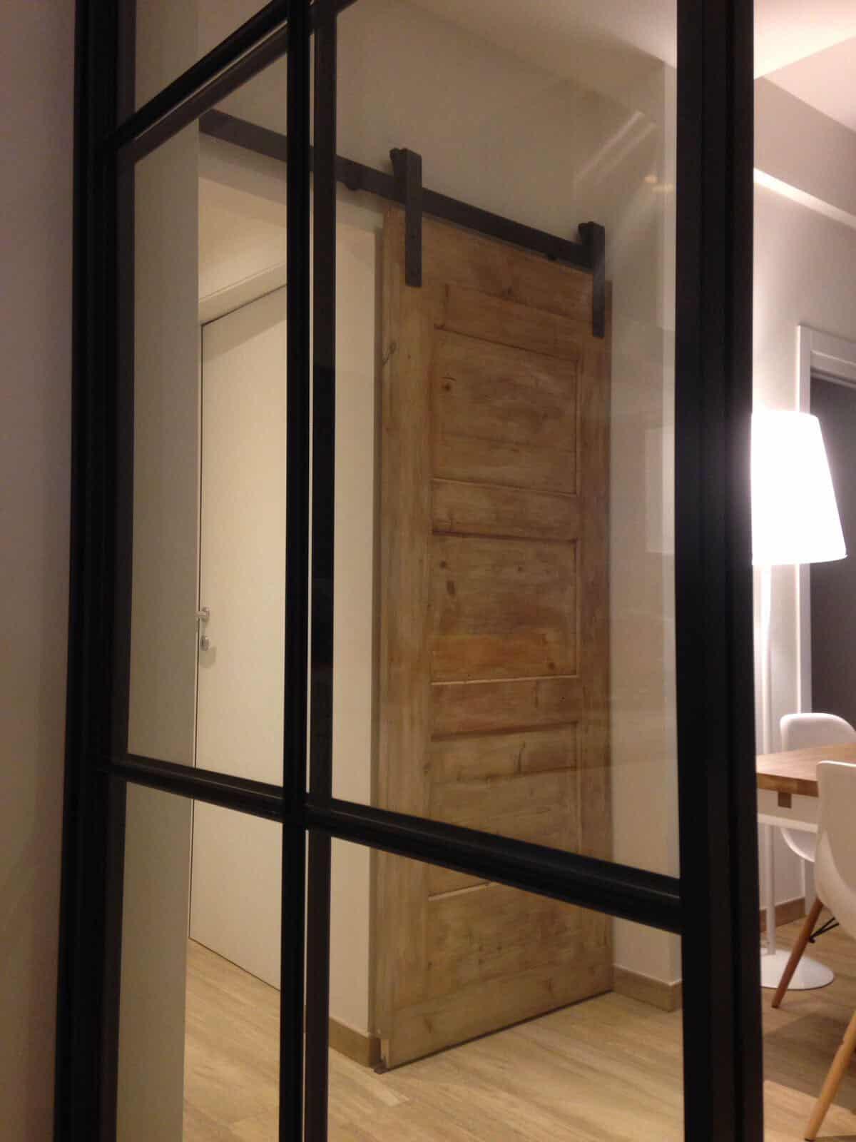 Parete Ferro E Vetro appartamento industriale con porta scorrevole esterno muro
