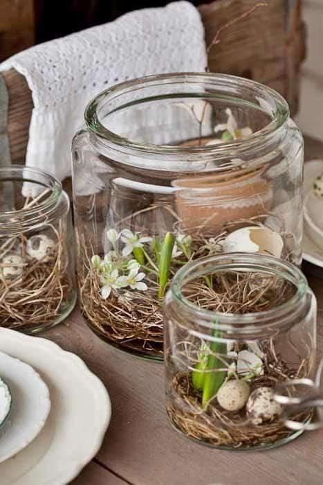 centrotavola pasquale in vetro con fiori e uova