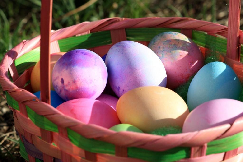 uova colorate nel cesto