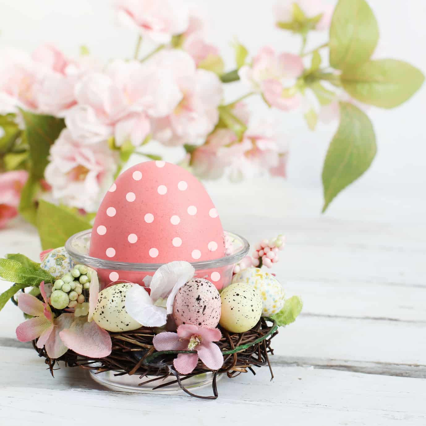 uova con fiori di primavera