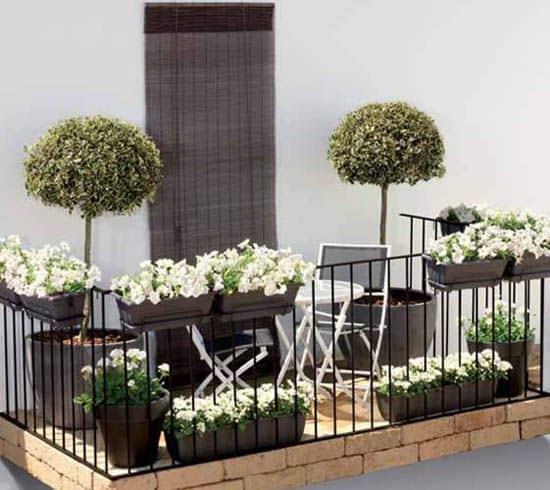 balconcino chic bianco e nero con piante ornamentali