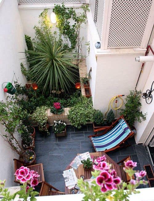 balcone con piante come disporre arredo per angolo di relax