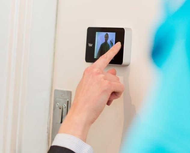 spioncino digitale yale nella smart home videospioncino