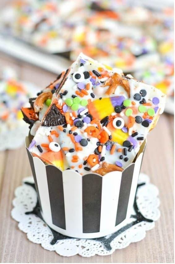 CORTECCIA DI CARAMELLE  Sorprendi i tuoi bambini creando queste deliziose cortecce di cioccolato ripiene di caramelle. Basterà solidificare del cioccolato fuso dopo aver sparso al suo interno le vostre caramelle per ottenere questo fantastico e semplice risultato.