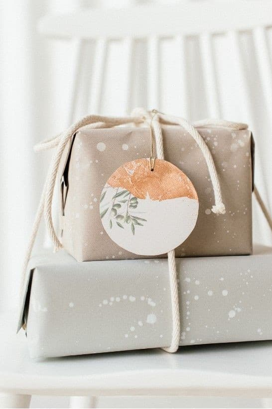 Pacco regalo di Natale con carta riciclata